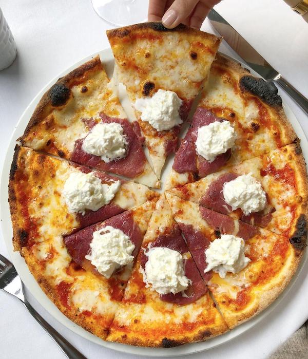 Dana Carpacciolu ve buratta peynirli italyan pizzası