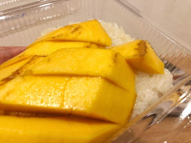Taylandın meşhur sokak lezzetlerinden biri olan mango meyvesi ve altında da yapışkan pirinç. Çok güzel bir tatlı yemeği aslında.