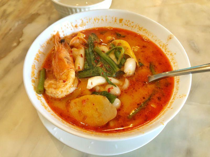 Karidesli ve çok değişik baharatlı (Mesela limonotu ve yıldız anason) meşhur Tayland çorbası, yemeği.