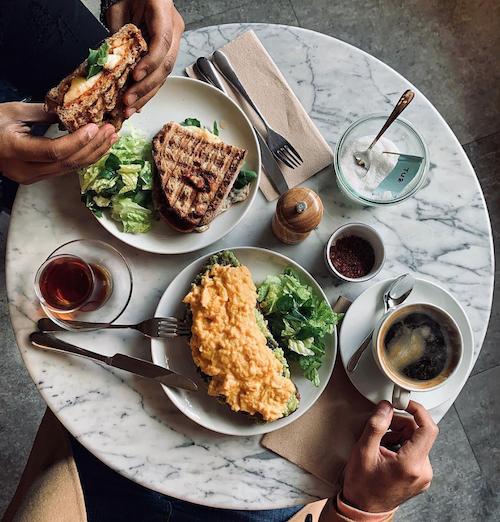 özel omlet, ekşi mayalı ekmeğe tost kahve ve çay