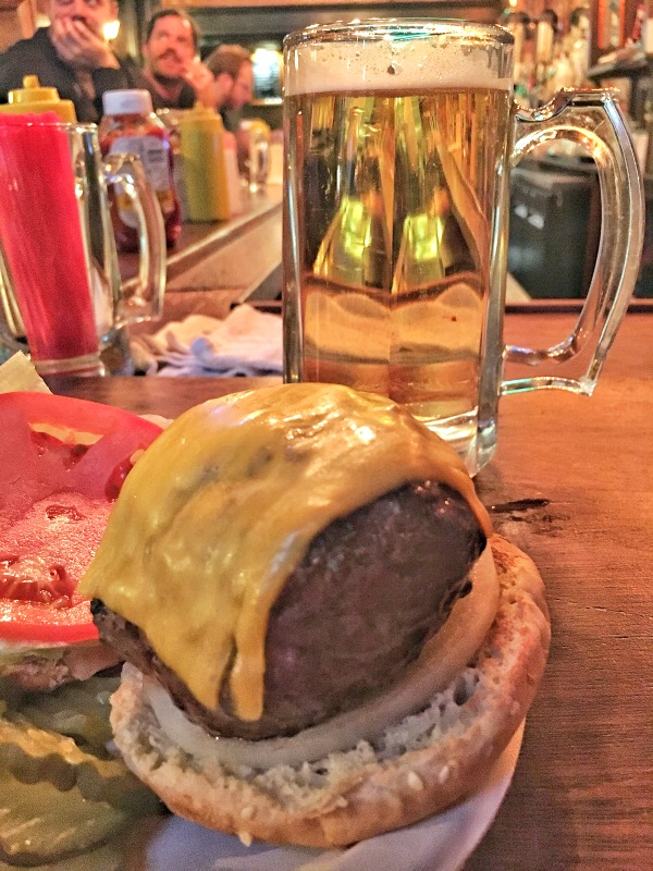 cheeseburger-corner-bistro-manhattan-usa-02