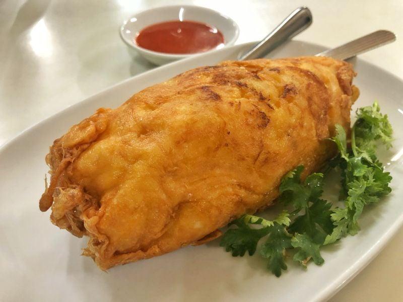 1 Michelin Yıldızlı Sokak Yemeği Satıcıs Meşhur Raan Jay Fai'ın imza yemeği: Yengeçli Omlet - Fiyatı: 1000 baht yani yaklaşık 37 USD gibi...