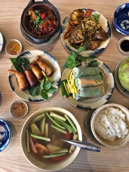 Çeşit çeşit şık tabaklarda Vietnam ev yemekleri...