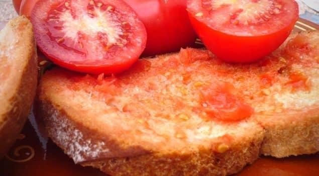 Çok Basit Ama Çok Etkili: Domatesli Sarımsaklı Kızarmış Ekmek