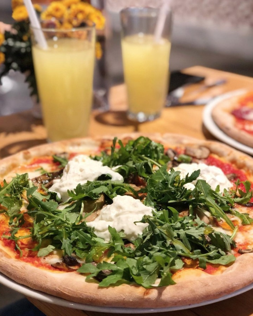 Buratta peynirli ve bebek rokalı italyan pizzası