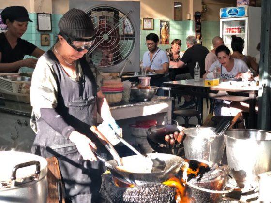 Michelin yıldızlı tek sokak lezzeti satıcı olan Raan Jay Fai ocağın başında yemek pişirirken.