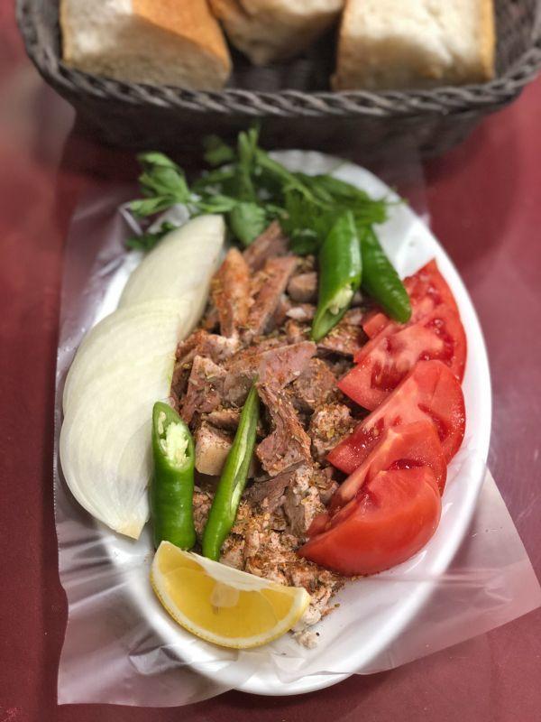 Bir tabak dolusu kuzu kelle söğüş... Biber, soğan, domates ve maydanoz ile...