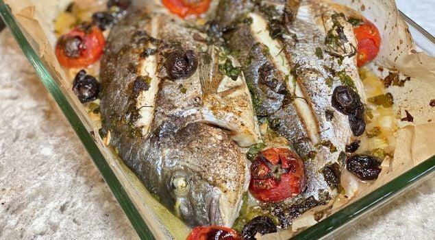 Borcam tepsisinde malta usulü pişirilmiş fırında çipura balığı
