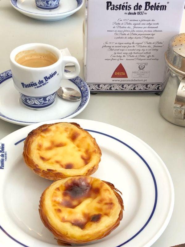 espresso ve tabakta servis edilmiş iki adet nata tatlısı