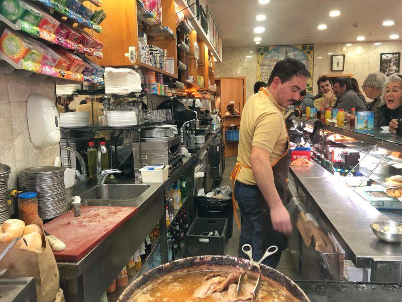 O Trevo isimli mekanın içerisi, tezgah önü bar şeklinde arkada çalışanlar hizmet sunuyor.