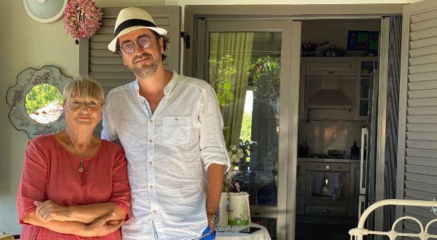 Özcan Germiyanoğlu Salih Seçkin Sevinç Bozcaada'da birlikte kameraya poz verirken