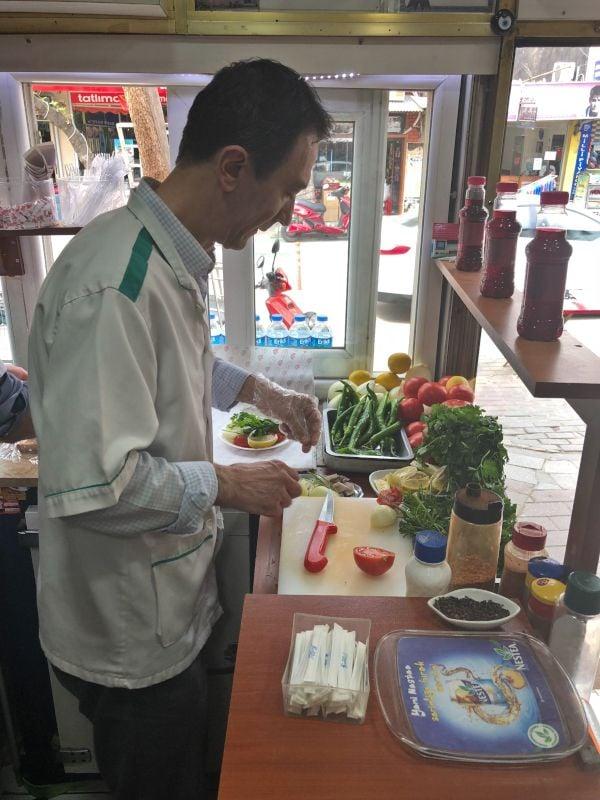 Murat usta tezgah basında kelle servis etmeye hazırlanırken.