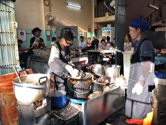 Ateşin başında Raan Jay Fai, yengeçli omleti hazırlarken...