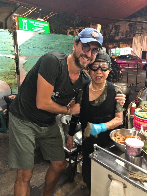Sitemizin kurucusu ve yazarı Salih Seçkin Sevinç ve Jay Fai birlikte poz veriyorlar...